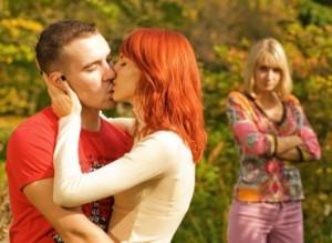Ragazzi che si baciano e ex che guarda